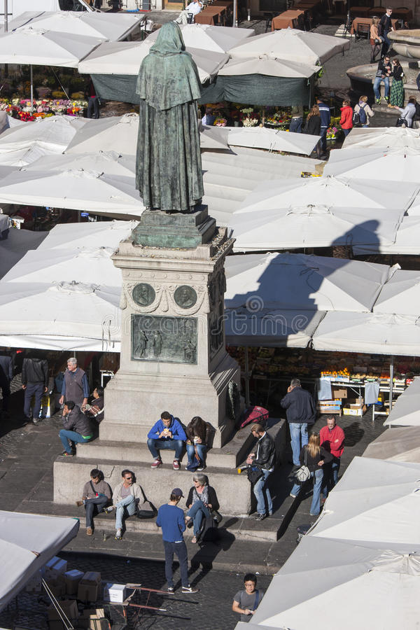 Standbeeld van Giordano Bruno en open markt in Rome - Campo DE Fiori royalty-vrije stock foto's