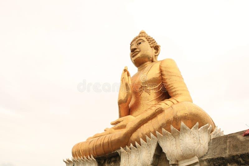 Standbeeld van hand het juiste gouden Boedha van plaatsbeen op geïsoleerd wit stock afbeeldingen