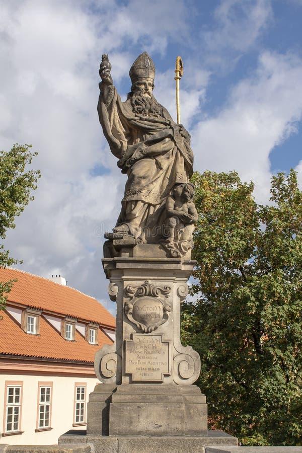 Standbeeld van Heilige Augustine, Charles Bridge, Praag, Tsjechische Republiek stock foto's