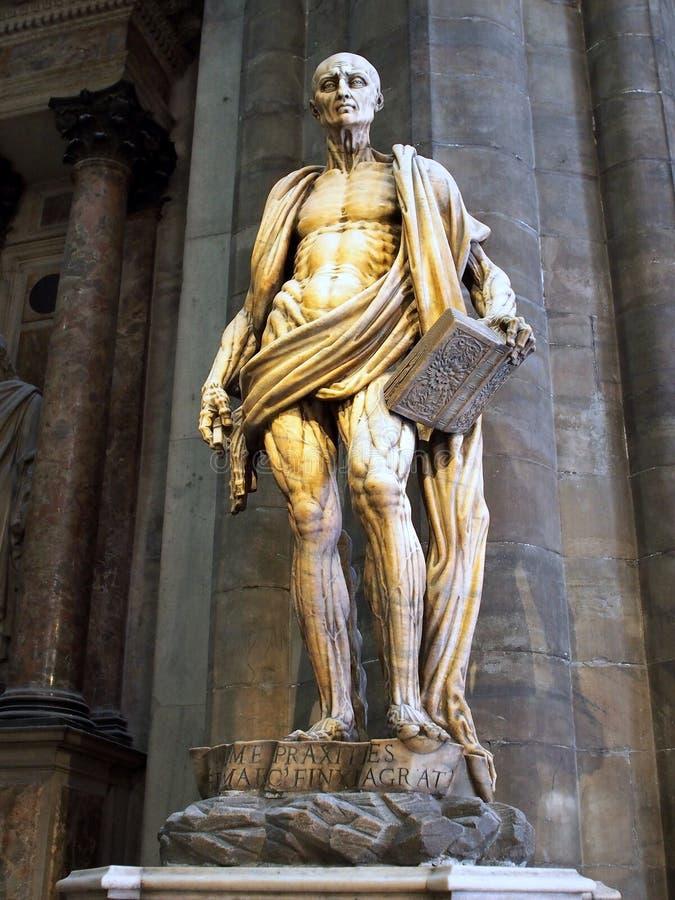 Standbeeld van Heilige Bartholomew, de kathedraal van Milaan stock foto's