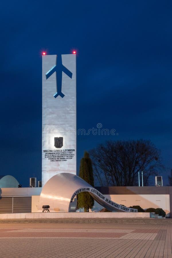 Standbeeld van Heldhaftige Vliegeniers dichtbij Luchtmachtmuseum bij nacht royalty-vrije stock foto's