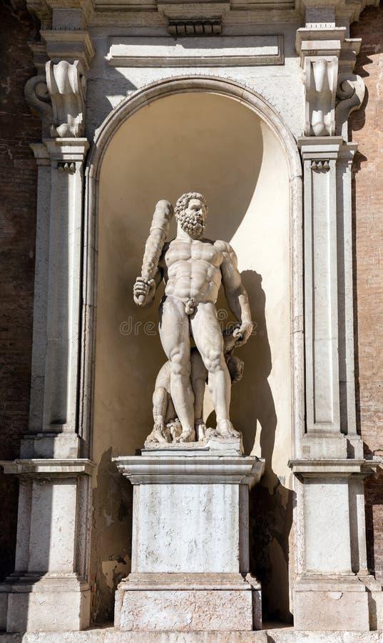 Standbeeld van Hercules bij de voorgevel van het Hertogelijke Paleis van Modena stock fotografie
