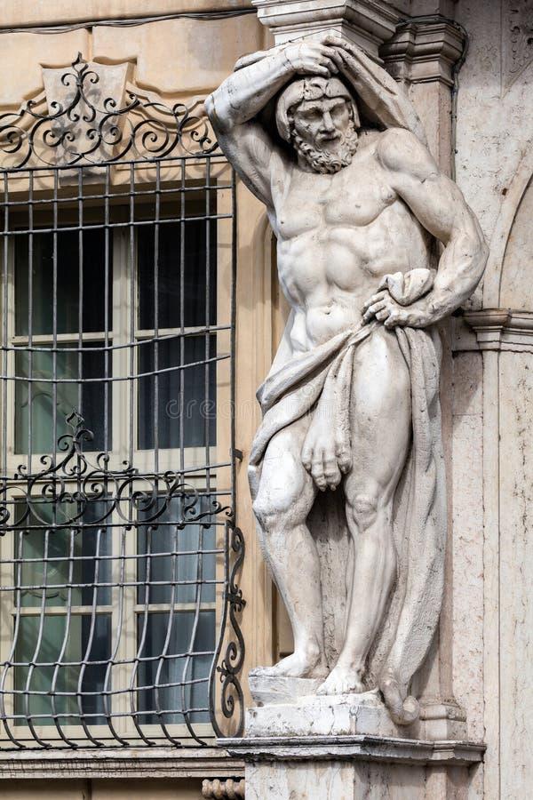 Standbeeld van Hercules in Palazzo Vescovile stock foto