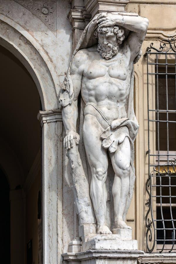 Standbeeld van Hercules in Palazzo Vescovile royalty-vrije stock afbeelding