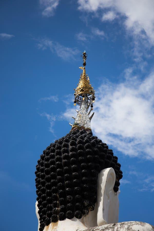Standbeeld van hoofdboedha en cha-DA op hoofd met clound en blauwe sk stock foto