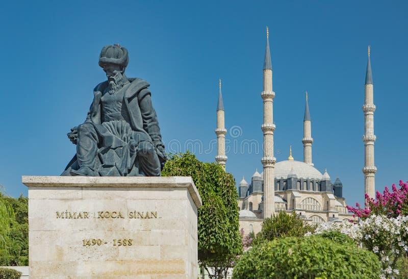 Standbeeld van Hoofdottomanearchitect Sinan en zijn fijnste moskee Selimiye royalty-vrije stock foto's
