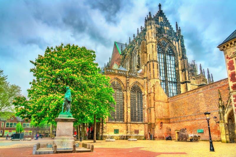 Standbeeld van Jan van Nassau en St Martin Cathedral in Utrecht, Nederland royalty-vrije stock foto's