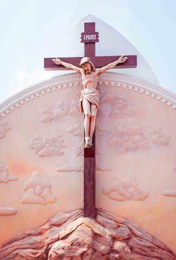 Standbeeld van Jesus op kruis stock fotografie