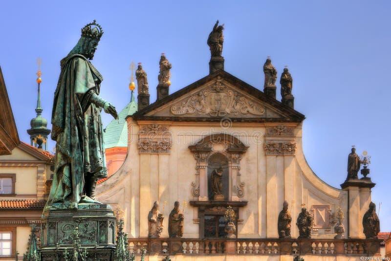 Standbeeld van Koning Charles IV dichtbij Charles Bridge. royalty-vrije stock foto