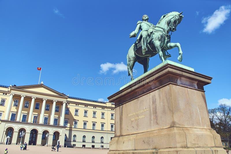Standbeeld van Koning Charles John op het Paleisvierkant voor Slottet, Noors Royal Palace stock afbeeldingen