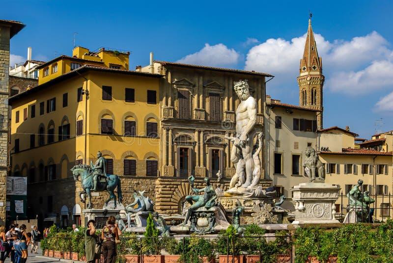 Standbeeld van krachtig Neptunus bij fontein in Florence, Italië stock fotografie