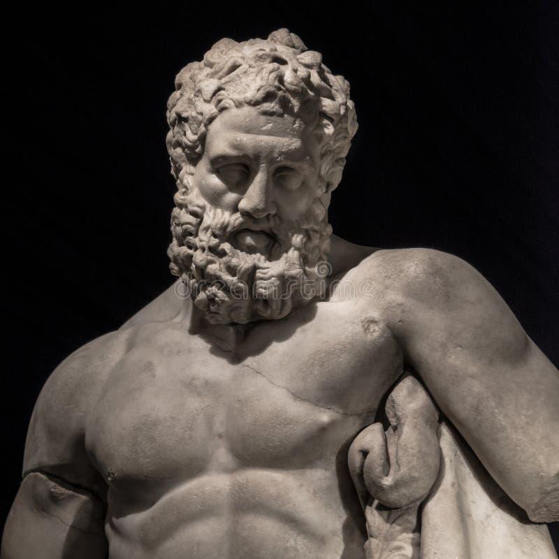 Standbeeld van krachtige die Hercules, close-up, bij zwarte backgrou wordt geïsoleerd stock foto's