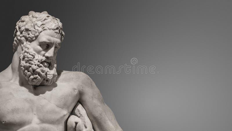 Standbeeld van krachtige en knappe gebaarde Hercules, close-up royalty-vrije stock afbeeldingen