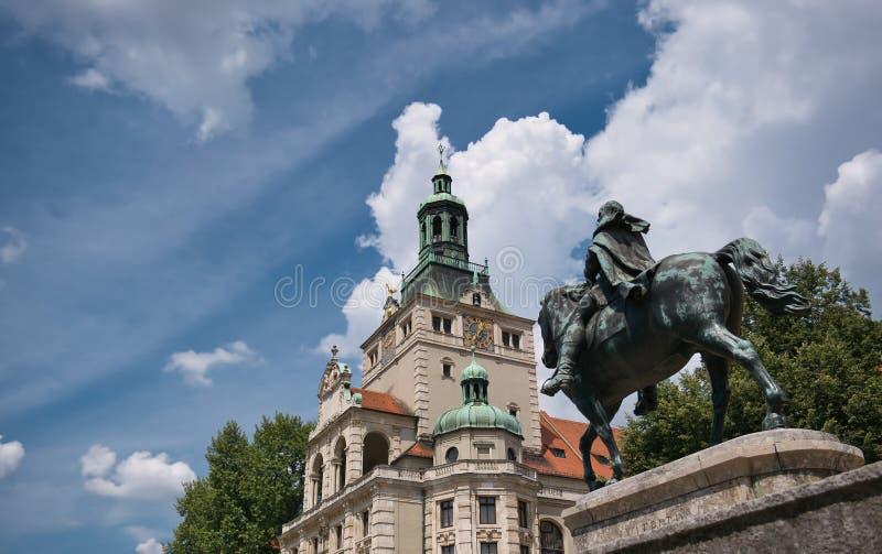 Standbeeld van Luitpold met het Nationale Museum op de achtergrond stock foto
