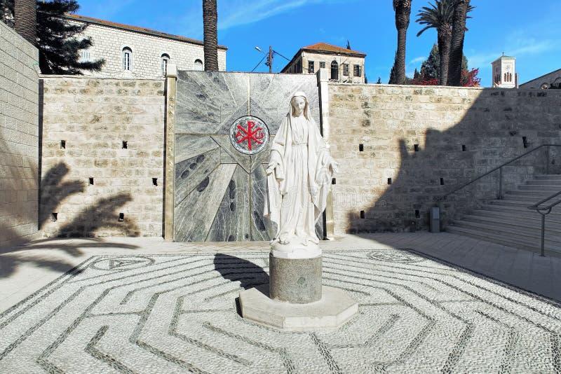 Standbeeld van Maagdelijke Mary naast de Basiliek van de Aankondiging in Nazareth royalty-vrije stock fotografie