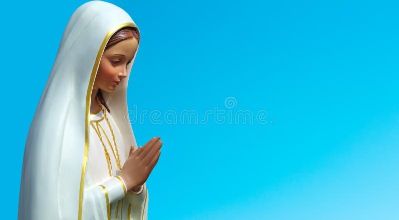 Standbeeld van Maagdelijke Mary tegen blauwe hemel royalty-vrije stock fotografie