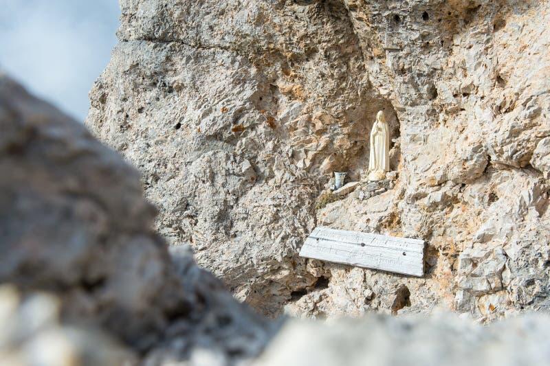 Standbeeld van Madonna in de rots stock afbeelding