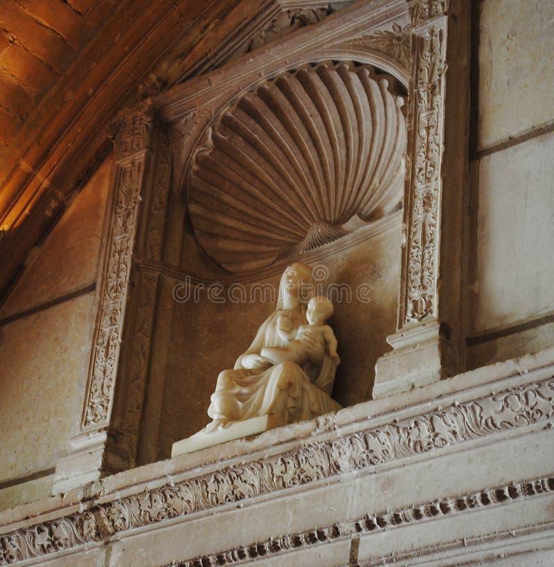 Standbeeld van Onze Dame die het Kind op haar overlapping houden royalty-vrije stock foto