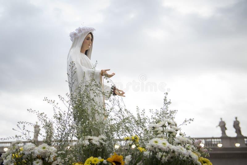 Standbeeld van onze Dame Mary tijdens Marian Prayer Vigil stock foto's
