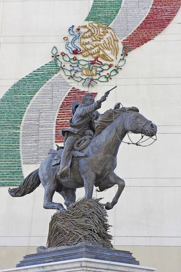 Standbeeld van Pancho Villa op horseback die kanon richten stock fotografie