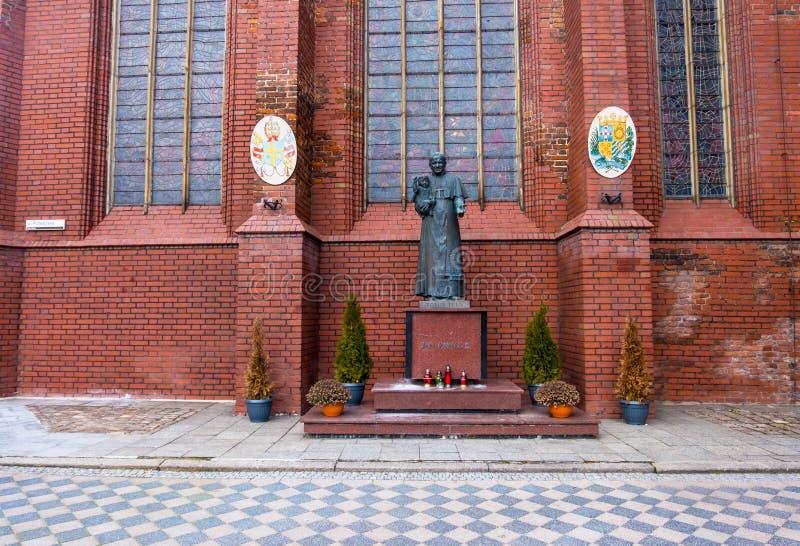 Standbeeld van paus John Paul II bij de kerk van Heilige Bridget in Gdask, Polen stock foto