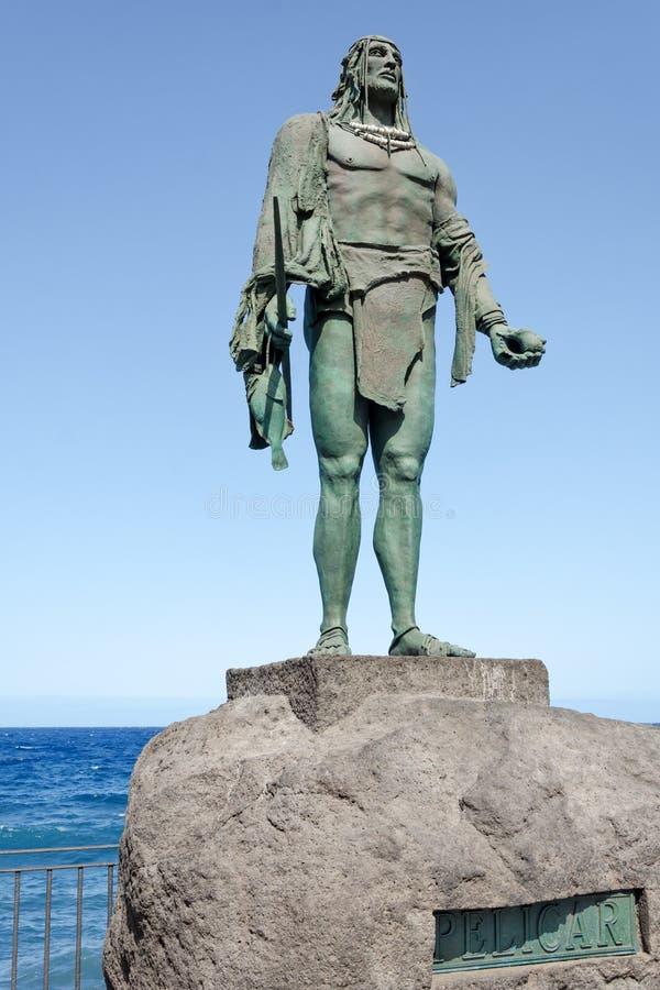 Standbeeld van Pelicar, een Guanche-leider of een mencey, een deel van de negen standbeelden van pre-Spaanse die koningen in Plaz stock afbeeldingen