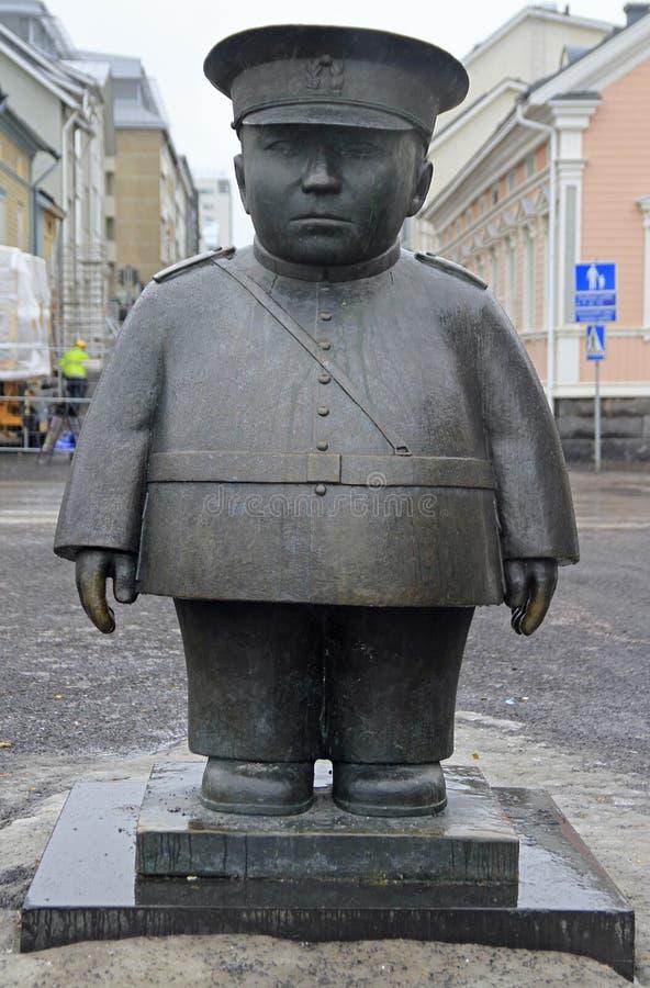 Standbeeld van politieagent Bobby op marktvierkant in Oulu, Finland stock afbeeldingen
