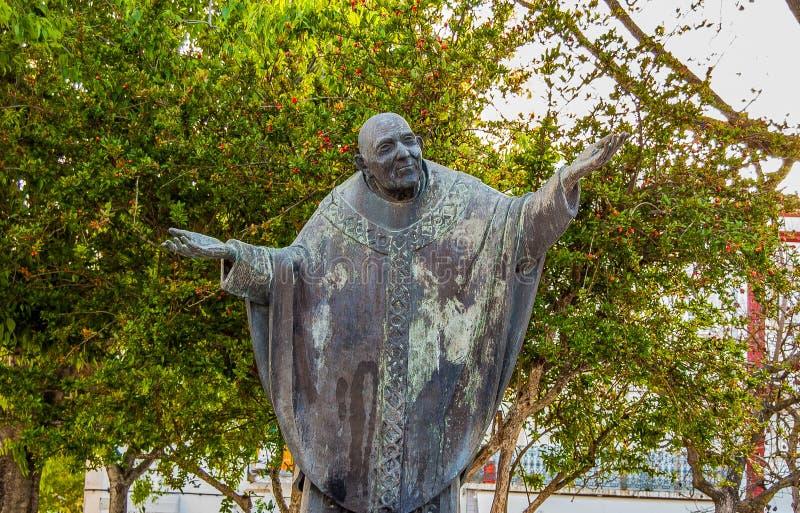 Standbeeld van priester in Alchochete Portugal stock afbeelding