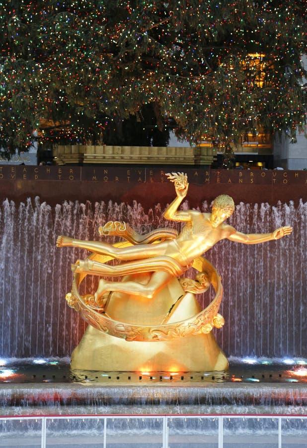Standbeeld van Prometheus onder Rockefeller-Centrumkerstboom bij het Lagere Plein van Rockefeller-Centrum in Manhattan royalty-vrije stock afbeelding