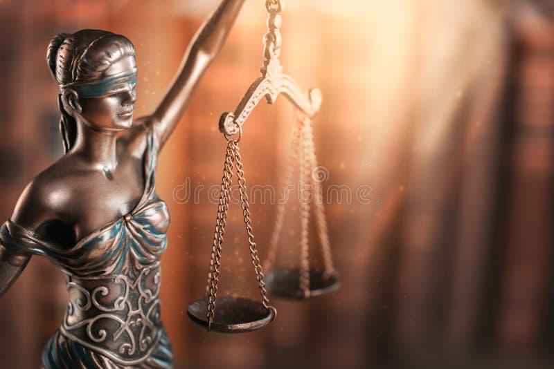 Standbeeld van rechtvaardigheid en boek royalty-vrije stock foto