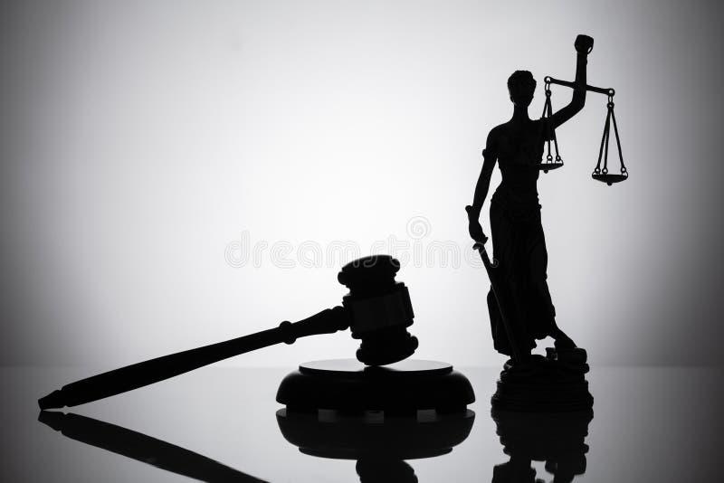 Standbeeld van rechtvaardigheid en hamer stock afbeeldingen