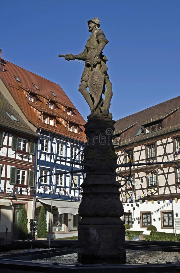 Standbeeld van ridder op Rathausplatz, roehr fontein, fachwerk stock afbeeldingen