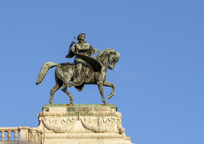 Standbeeld van ruiter op gevleugeld paard op het de Operagebouw van de Staat van Wenen, Oostenrijk stock foto's