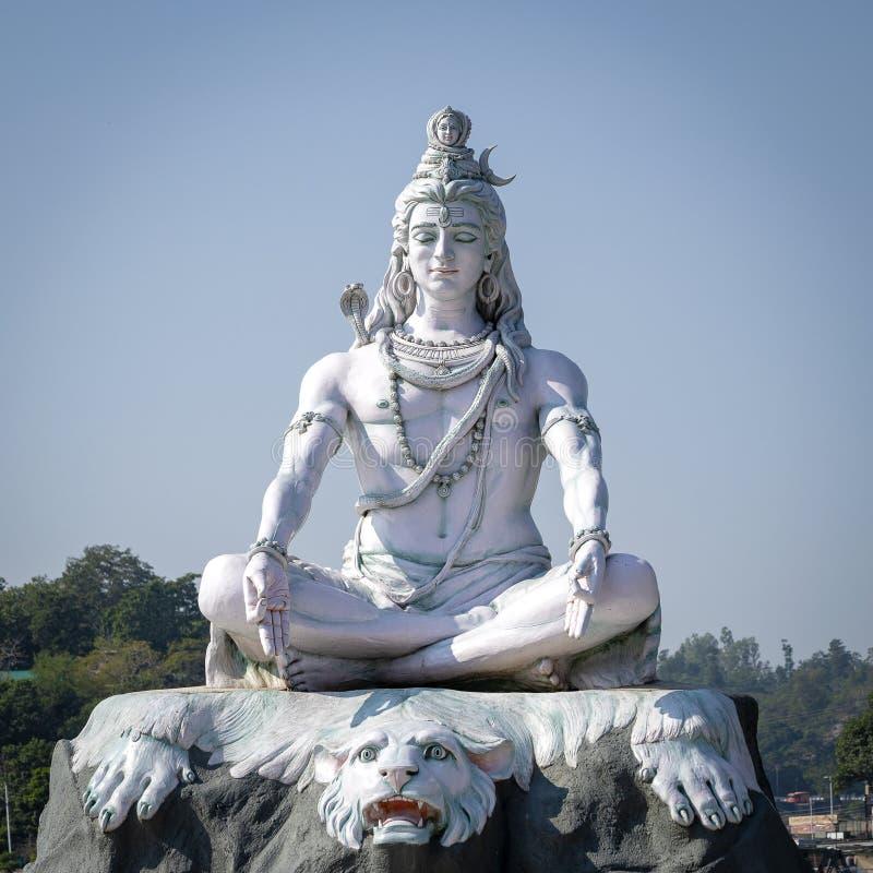 Standbeeld van Shiva, Hindoes idool op de Rivier van Ganges, Rishikesh, India royalty-vrije stock fotografie