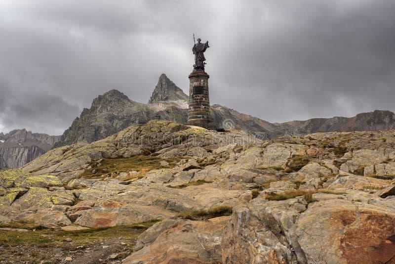 Standbeeld van Sint-bernard bij Grote St Bernard Pass, Zwitserland stock foto's