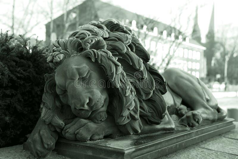 Standbeeld van slaapleeuw stock afbeelding