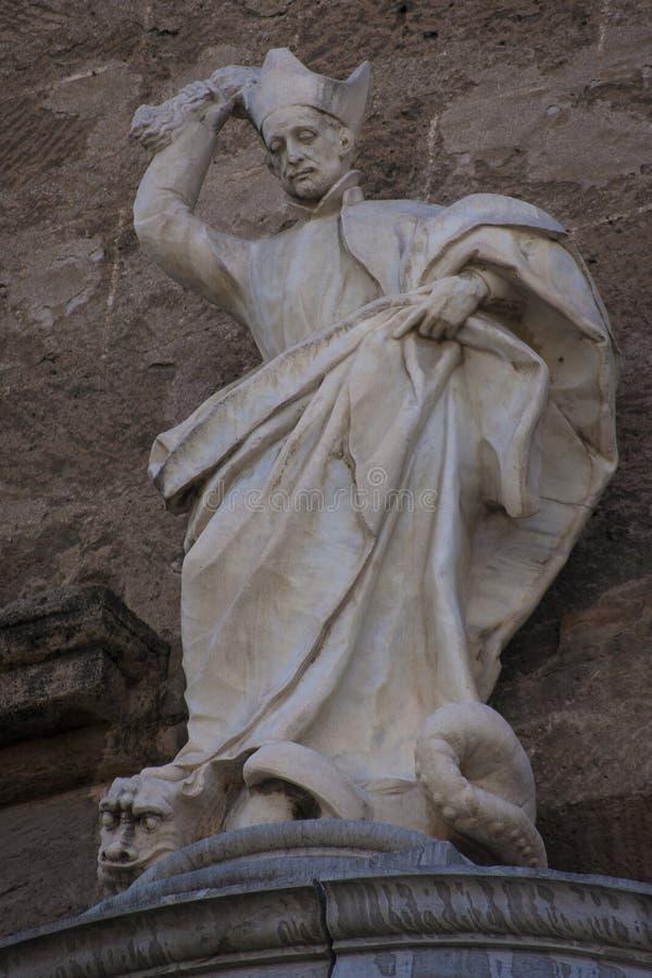 Standbeeld van St Ignatius van Loyola op de voorzijde van de Kerk van Heiligen Justo en Predikant stock foto's