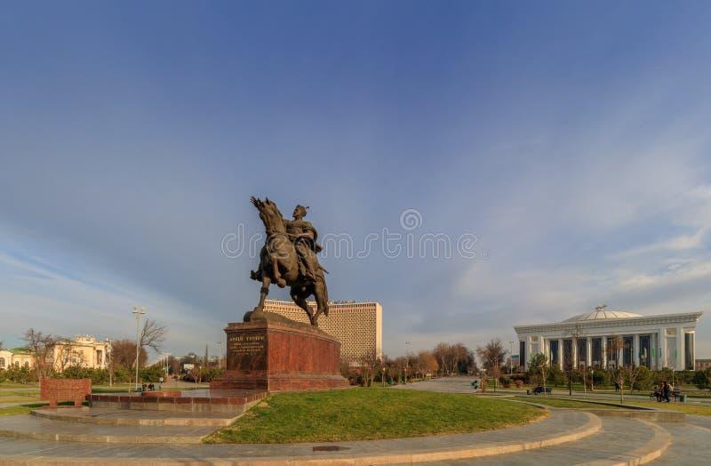 Standbeeld van Tamerlane en Paleis van Forums in centrum van Tashkent bij de wintertijd, Oezbekistan royalty-vrije stock foto's