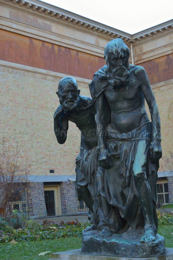 Standbeeld van twee bejaarden in een park stock afbeelding