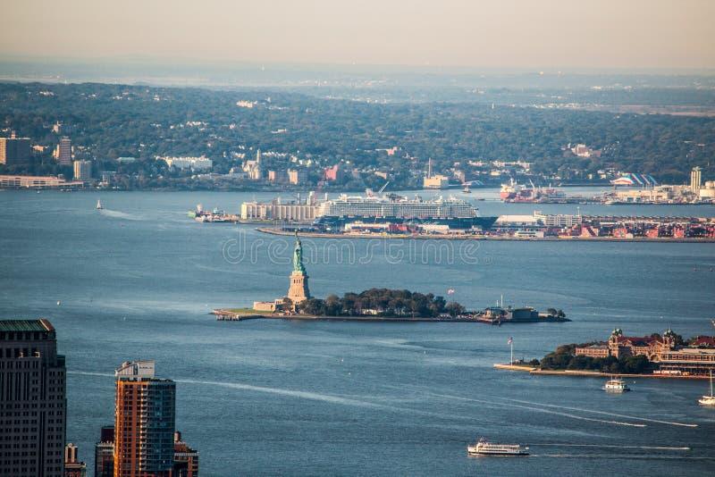 Standbeeld van Vrijheid dat van het Dek van de Empire State Buildingobservatie wordt gezien stock afbeelding