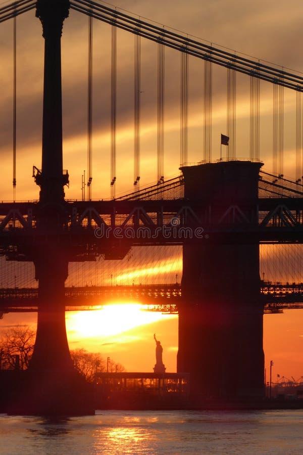 Standbeeld van Vrijheid en de Brug van Brooklyn royalty-vrije stock afbeelding