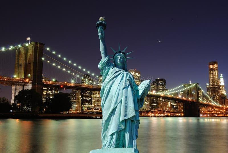 Standbeeld van Vrijheid en de Horizon van de Stad van New York stock foto