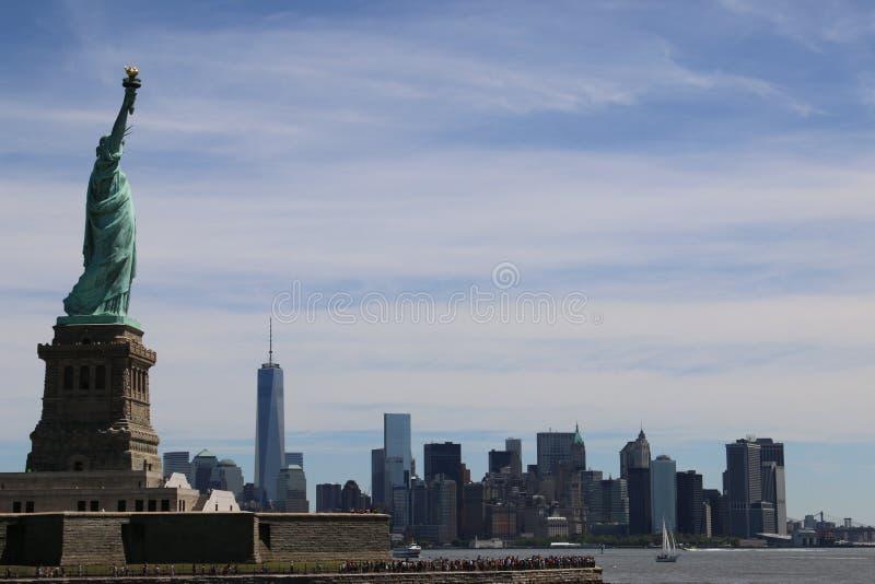 Standbeeld van Vrijheid en de horizon van Manhattan royalty-vrije stock afbeeldingen