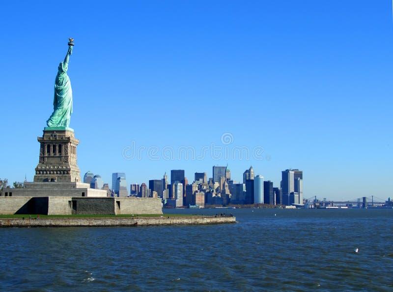 Standbeeld van Vrijheid en lager Manhattan stock afbeelding