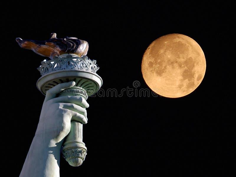 Standbeeld van Vrijheid en maan stock fotografie