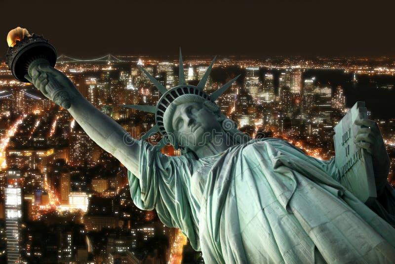 Standbeeld van Vrijheid en nacht New York royalty-vrije stock fotografie