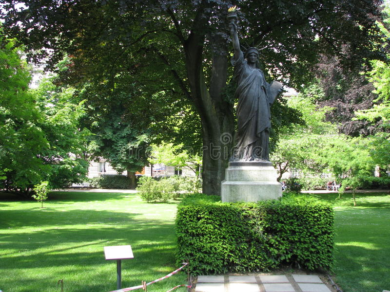 Standbeeld van vrijheid in Jardin du Luxemburg stock afbeeldingen