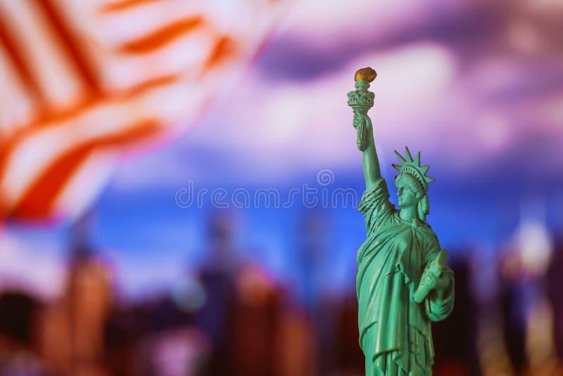 Standbeeld van Vrijheid met vlag van de Stad van de Verenigde Staten van Amerika New York royalty-vrije stock fotografie