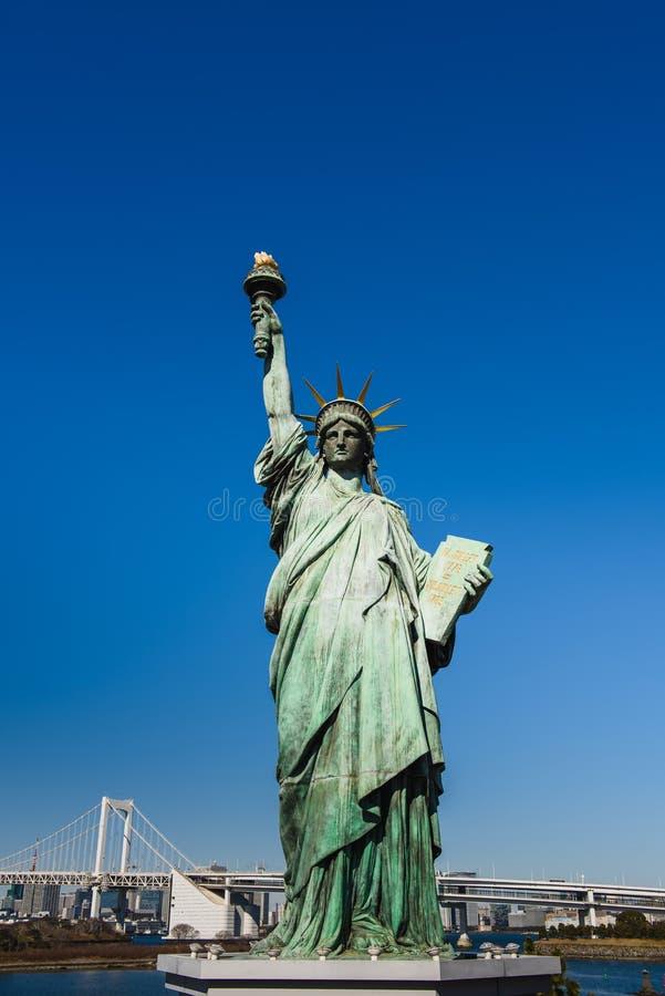 Standbeeld van vrijheid tegen de hemel stock afbeelding