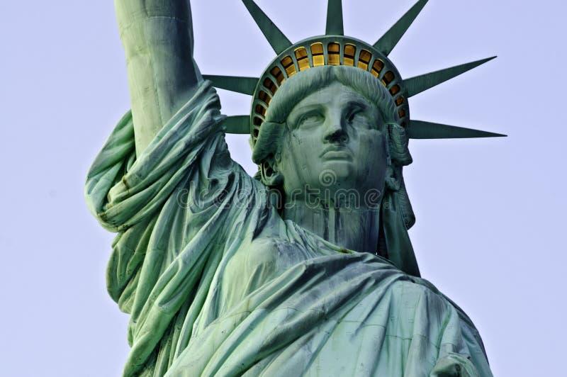 Standbeeld van Vrijheid vast frontaal bij schemer stock fotografie